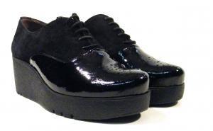 Zapatos negros de charol con cuña Wonders  Zapatos negros de charol y serraje modelo H3203 de la marca Wonders. Zapatos tipo oxford con cierre de cordones y cuña de goma ligera Extralight de aproximadamente 6 cms de altura. Interiores en combinado de piel y tejido. Wonders linea FLY comodos por todas partes. Made in Spain. http://ift.tt/2hceNrT