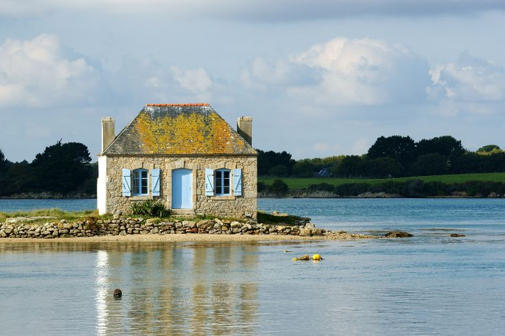 The small island of Saint-Cado is located in the ria of Etel, in the department of Morbihan. Connected to the mainland by a small stone bridge, it is worth visiting for its Romanesque chapel and his ordeal.