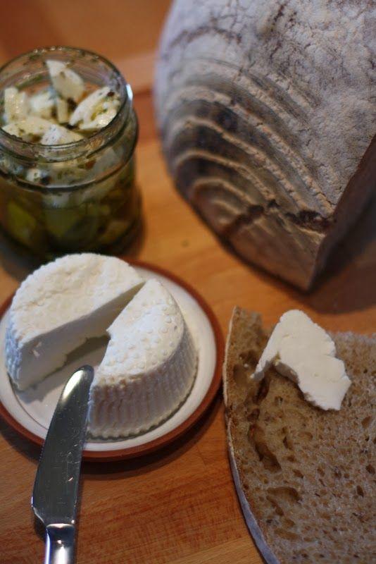 Domácí měkký sýr   Co budete potřebovat?   mléko   syřidlo   sýrařskou kulturu   hrnec a nádobku na odkapání syrovátky... pokud ne...