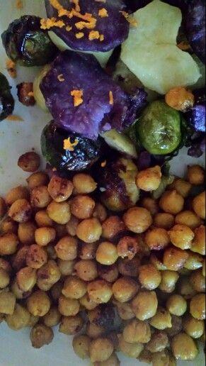 Garbanzos tostados con curri y miel acompañados de coles y patata roja aderezado von raiz de curcuma fresca