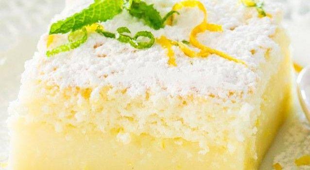 Préparation : Séparer les blancs et les jaunes d'oeufs , et faire fondre le beurre et laisser refroidir, ensuite Dans un récipient, mélanger les jaunes d'oeufs avec le sucre jusqu'à obtenir un mélange crémeux Préchauffer le four à 160°C. Ajouter le jus et le zeste du citron, le beur