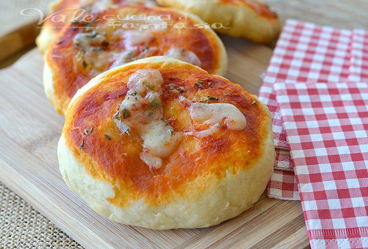 Pizzette veloci al latte con pomodoro e origano, soffici golose e velocissime, in pochi minuti sono pronte, ideali per antipasto,buffet e gite fuori porta