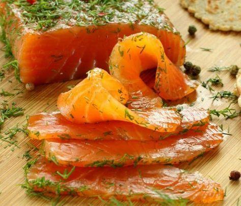 Домашняя малосольная семга, рецепт которой можно прочесть здесь, идеально подходит для бутербродов к новогоднему столу