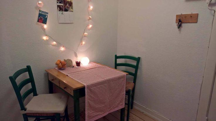 Kleine, gemütliche Essecke mit Lichterkette und grünen Stühlen in Hamburger Mädels-WG #Hamburg #Esszimmer #Essecke #WG #grün