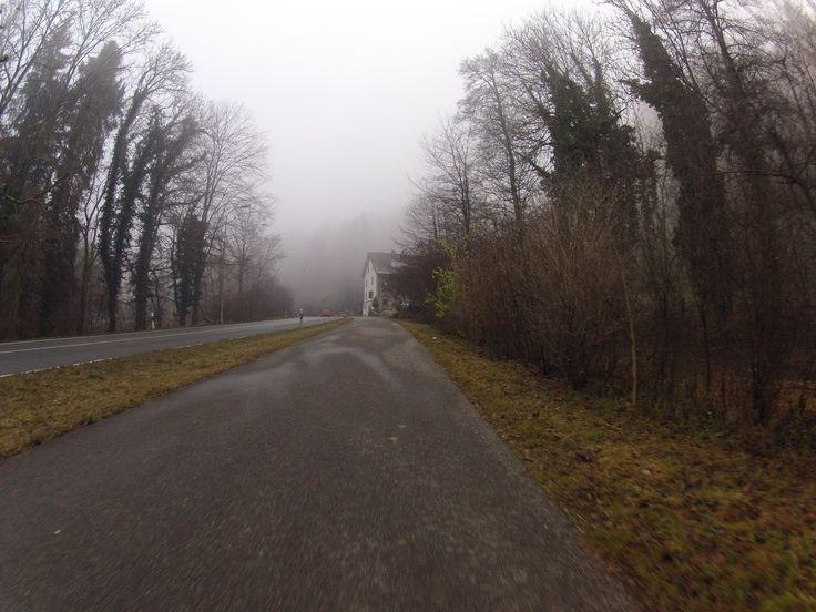 Nebelfahrt  Vollständiger Bericht bei: http://agu.li/GM  Kein Glück bei der Suche nach der Sonne gehabt. Als der Nebel kurz aufriss, befand sich darüber eine geschlossene Wolkendecke. Das GPS meint: 72.66 KM und 677 HM.