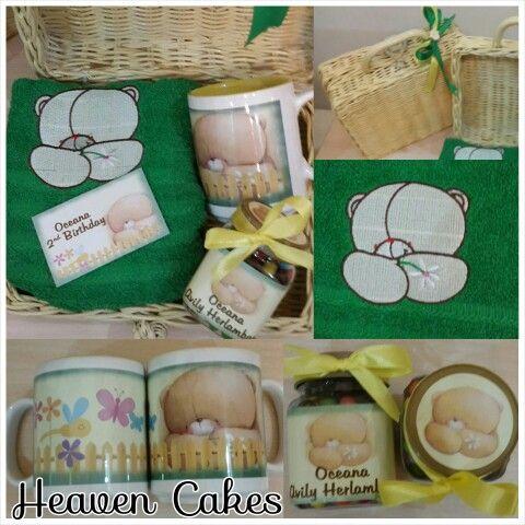 Goodie bag for oceana bday with rattan suitcsse, yellow mug inside snd 50x100 cm towel #goodiebag #babyhampers #hampers
