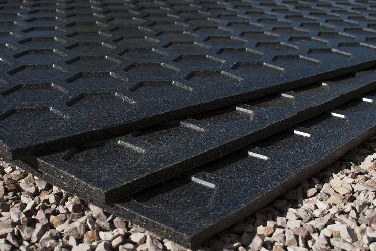 Płyta polimerowa wykonana w technologii termicznego łączenia i kształtowania substancji w całości pozyskiwanych z recyklingu (PE + PP) jako jednolita z wyraźnie wyodrębnionymi warstwami zewnętrznymi (skin) i warstwą wewnętrzną (core).