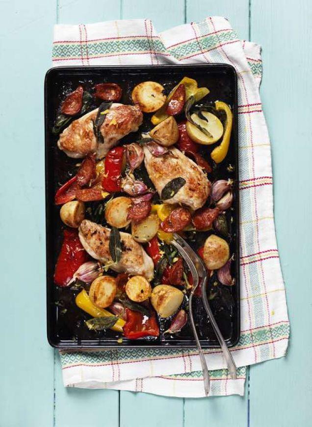 I den här rätten får kycklingen sällskap av citronrostad potatis, vitlök, paprika, kryddig chorizo och underbar, färsk salvia.