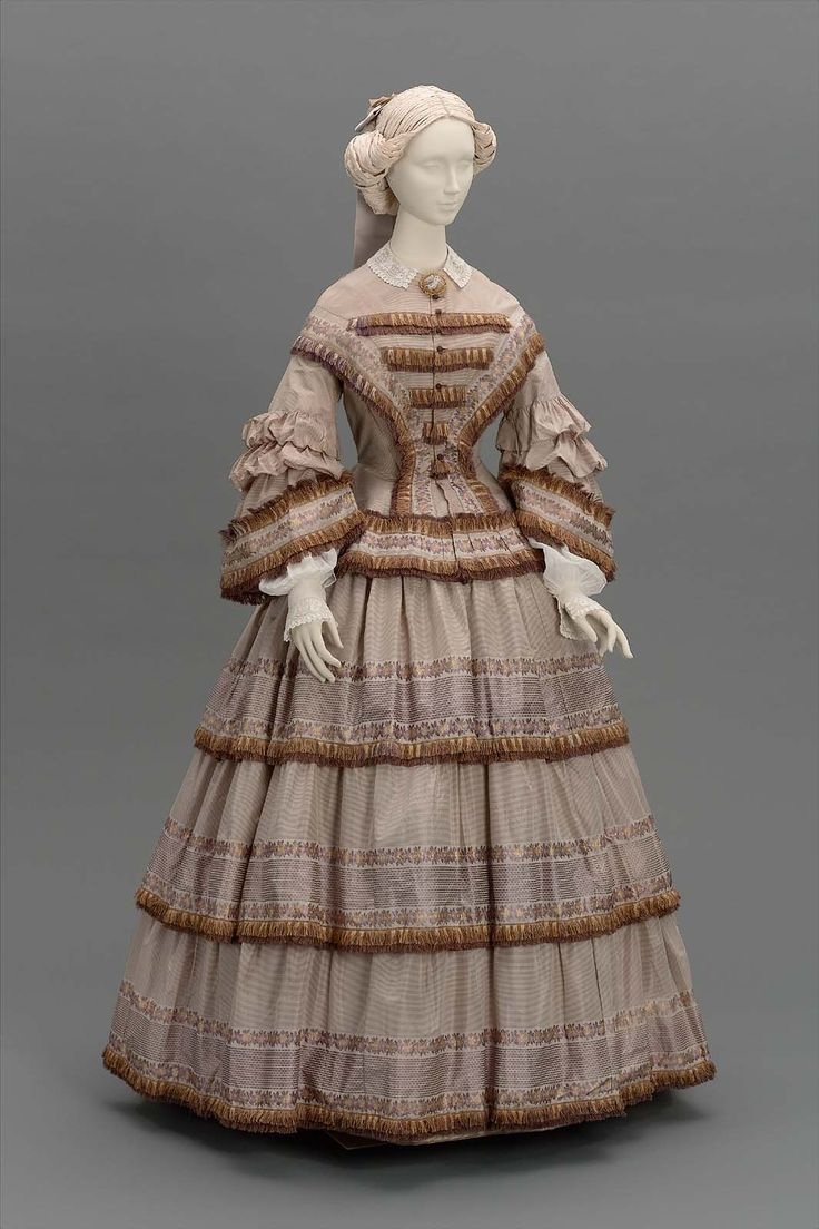 Fantastic In The 1830s Dresses With Fitted Bodices And Large Diameter Skirts Came Into Fashion To Achieve The Large Diameter Women Wore Up To Six Petticoats Of Starched Fabric To Achieve The Big Skirt Look By The 1850s Hoopskirts, Also Called