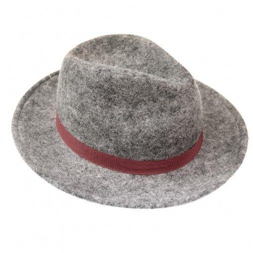 Grijze vilten fedora hoed met brede rand. De fedora hoed is herkenbaar aan de deuk die op de bovenkant zit. Langs de rand zit een bordeaux band. De omtrek van de hoed is 58 cm. De hoedrand is 6 cm. Uitgevoerd in 1 maat.