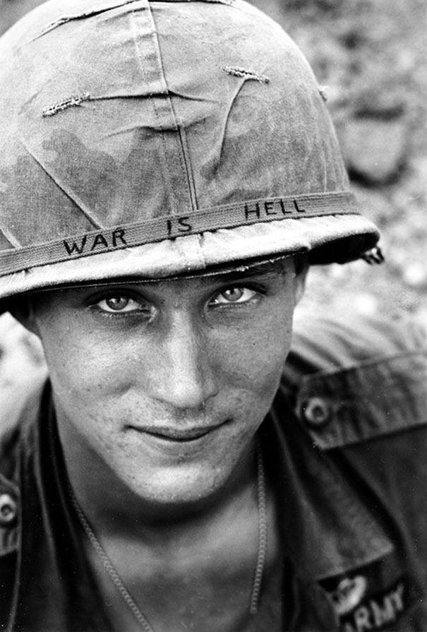 """Soldado desconhecido no Vietnam, em 1965 (""""Guerra é inferno"""" no capacete)"""