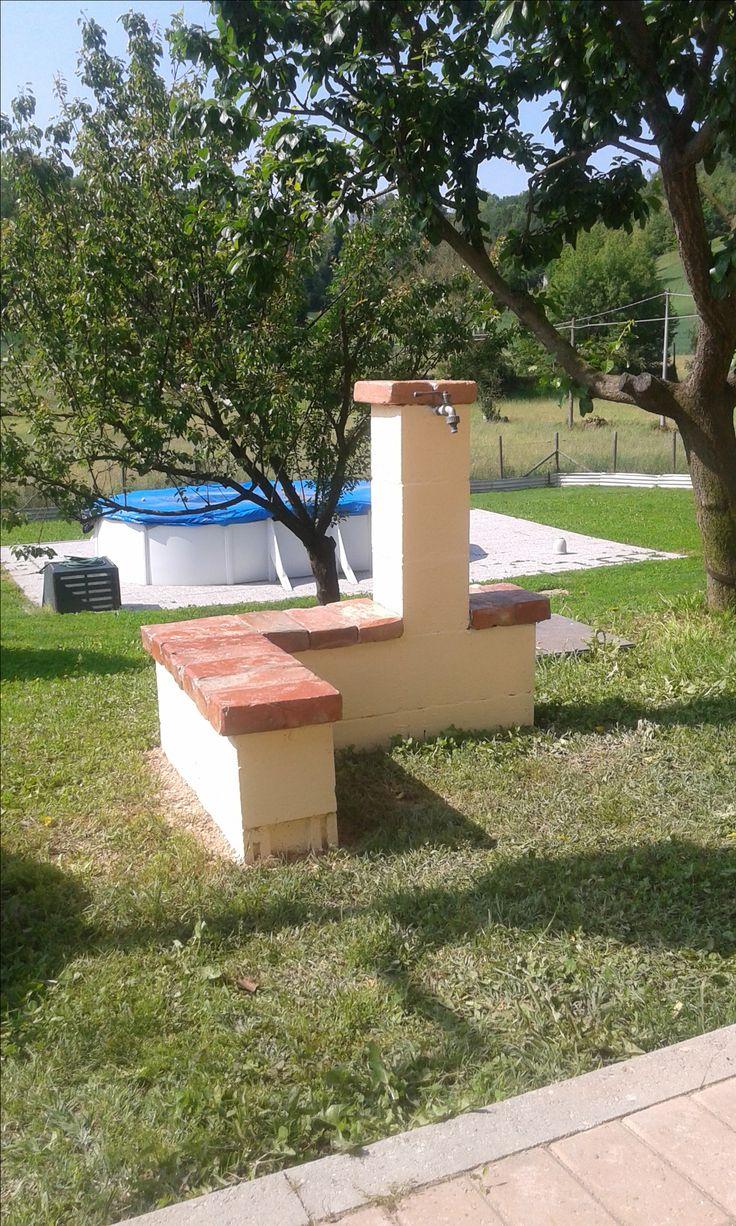 fontana costruita con blocchetti di cemento, vecchi mattoni recuperati,e puliti,con un costo totale di 32€. B&B LA COCCARDA