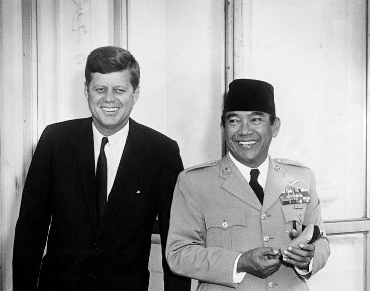 1961. 24 Avril. By Abbie ROWE. President John F. Kennedy stands with President of Indonesia Ahmed Sukarno outside the North entrance to the White House, Washington, D.C