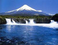 Volcán Osorno y Saltos de Petrohué, ubicado en el Parque Nacional Vicente Pérez Rosales en el límite entre las Provincias de Osorno y Llanquihue, Región de  Los Lagos, sur de Chile.  2.652 m