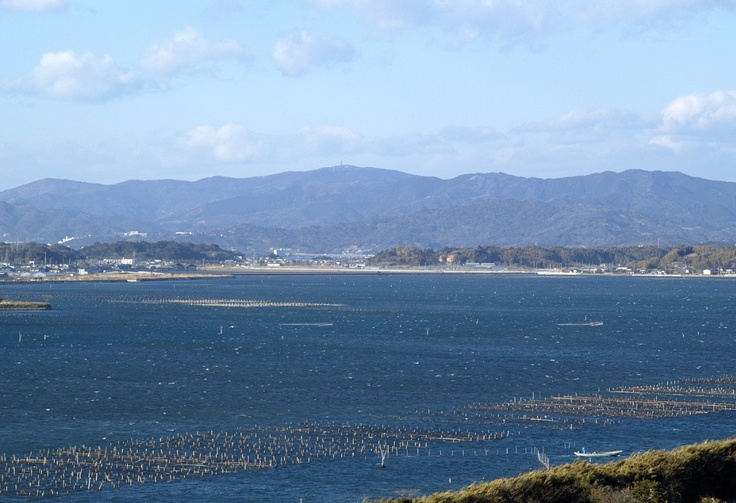 浜名湖から山を望む。