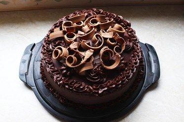 Till pappas födelsedagskalas för ett tag sen så gjorde jag en tårta med smak av apelsin och choklad. Det är lite ihopplock av olika recept jag hittade, och endel improvisation. Men jag ska försöka sammanställa receptet! Tårtbottnar: (Recept från Roy Fares) 330g vetemjöl (5 ½ dl) 510g strösocker (6 dl) 120g kakao (3 dl) 15g bikarbonat (1 msk) 7g bakpulver (1 ½ tsk) 10g salt (1 ½ tsk) 10g vaniljsocker (1 msk) 165g ägg (3, rumstempererade) 350g ((rumstempererad??)) mjölk (3 ½ dl) 180g…