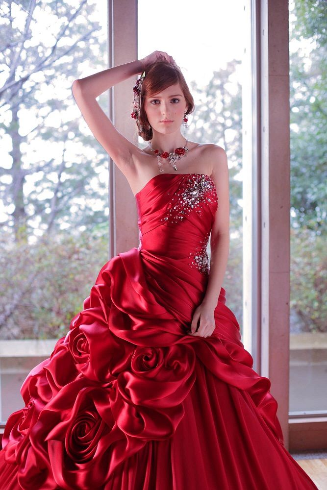 COLOR DRESS一覧 | 福岡ウェディングドレスのレンタル「レイジーシンデレラ福岡」  クランベリー  クリスタルシャンブレーサテンのみで仕上げたドルチェドレープドレス。 巻花からバルーンへ流れるドレープがポイント。