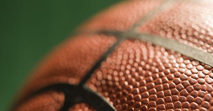 Cómo hacer un tablero de baloncesto en casa. El básquetbol proporciona a los jugadores un deporte de equipo ideal, así como una opción divertida para aquellos que están buscando pasar tiempo a solas, ejercitando con saltos para hacer una canasta. Un método sencillo para la creación de un tablero de baloncesto es hacer una tabla de madera contrachapada, luego montar un aro con los tornillos y ...