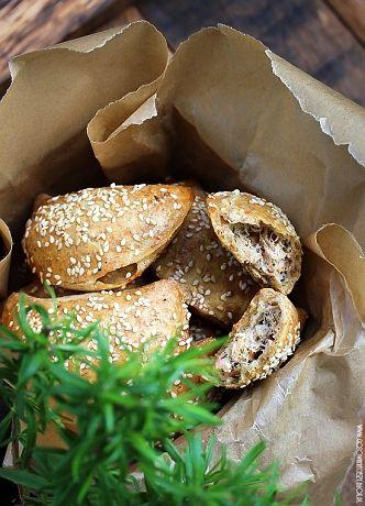 Dzisiaj chciałabym Wam zaproponować pieczone pierożki z łososiem i mascarpone, które możecie podać w drugi dzień Świąt, jeśli zostanie Wam barszcz z Wigilii. Są
