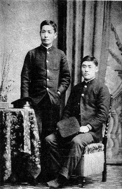 漱石(左)と米山保三郎(明治25年)