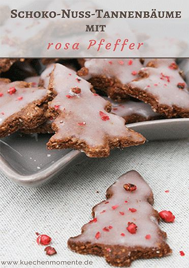 Für etwas Pep in der Keksdose. Leckere Schoko-Nuss-Plätzchen mit rosa Pfeffer auf Kirsch-Zuckerguss.