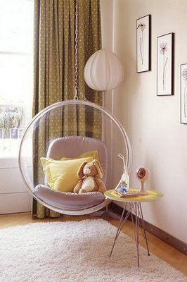 La Bubble Chair dans une chambre d'enfants, plus design et pop que jamais ! Reproduction en vente chez Meubles et Design pour moins de 850€ ! http://www.meublesetdesign.com/fr/eero-aarnio/fauteuil-aarnio/bubble-chair