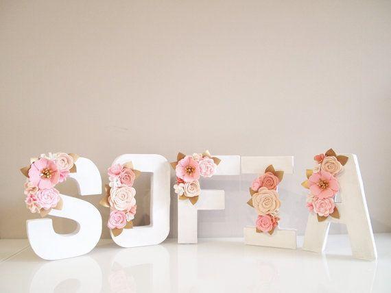 uno de una clase y único Kirei de carta floral hecho a mano a mano sólo para ti. En posición plana, apoyarse contra la pared o colgar en pared. Carta floral con flores de fieltro en un estilo agrupado. Letra está hecha de papel maché, ligero y pintado a mano en blanco, aproximadamente 21,5 cm (8 pulgadas) de altura. Adornado con flores de fieltro hechas a mano. Elegir una A (mayúscula) del alfabeto - Z o número de 1-0 o deletrear palabras ni nombres. Por favor deje una nota de su letra o…
