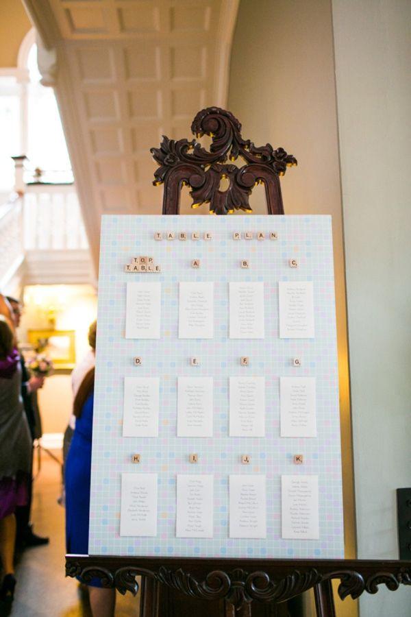 Casamento temático Scrabble: Planilha das mesas dos convidados organizada com letrinhas