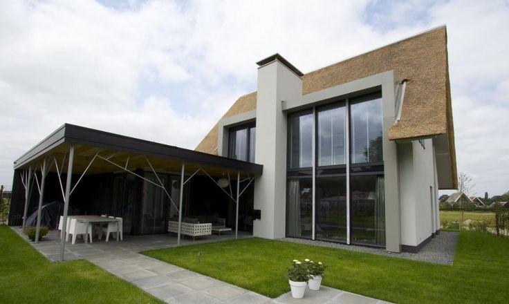 Moderne rietgedekte villa