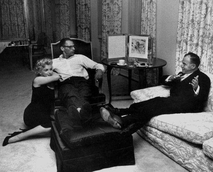 Marilyn Monroe by Robert W. Kelley-1958-Marilyn Monroe e Arthur Miller ricevono il produttore e amico Kermit Bloomgarden nel loro appartamento di New York , 444 est , a 57th strada, appartamento 13 E , 13 ° piano