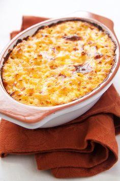 Hoewel pasta typisch Italiaans is, zal je de Amerikaansemac 'n cheesezelden of nooit daar op de kaart vinden. Dit typisch Amerikaanse gerecht is een combinatie van gesmolten kaas, witte bechamelsaus en macaroni. Lekker, makkelijk, snel en de perfecte maaltijd tijdens een filmpje op de bank. Dit recept komt van Martha Stewart. Verwarm je oven voor […]