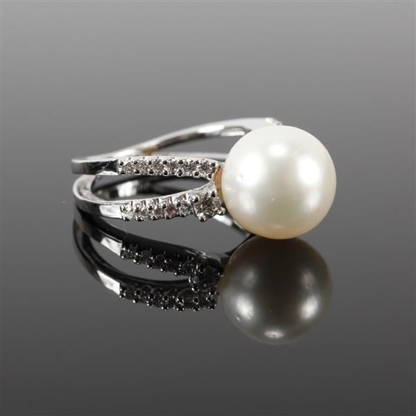 White Gold 18K 10mm South Sea Pearl and diamond estate ring. 4.35 dwt Size 5.5