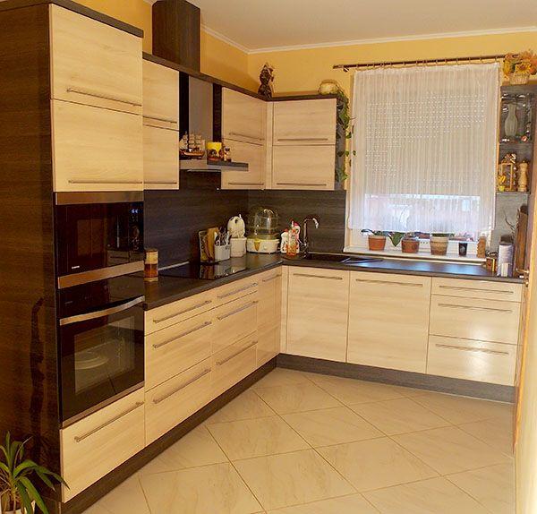 Modern konyhabútor világos akác frontokkal