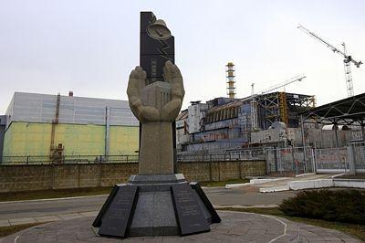 Památník obětem černobylské jaderné katastrofy stojí přímo před čtvrtým blokem elektrárny, kde k nehodě došlo.