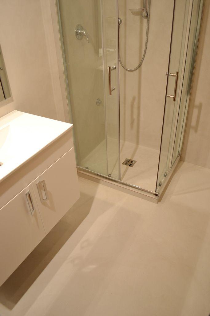 Il ciclo in resina spatolata, applicato direttamente sulle piastrelle, ha permesso di riqualificare l'ambiente bagno senza ricorrere ad un intervento invasivo. Il piatto doccia è stato sostituito con uno in massetto epossidico, successivamente è stato rivestito con lo stesso prodotto del pavimento e delle pareti. La scelta della committenza è ricaduta su un colore molto pallido, creando un delicato contrasto con il bianco.