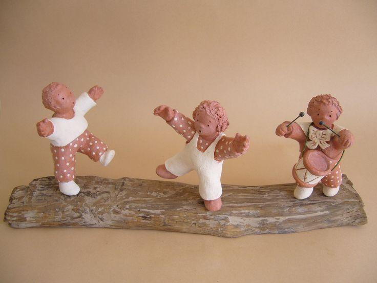 Dansons maintenant ! Trois enfants et un tambour, sculpture en terre cuite en rythme et en musique ! : Sculptures, gravures, statues par toucher-terre