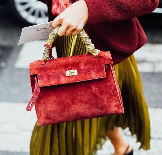 Qué idea tan genial!! Forra las asas de tu bolso con un pañuelo bonito que contraste. Éxito seguro