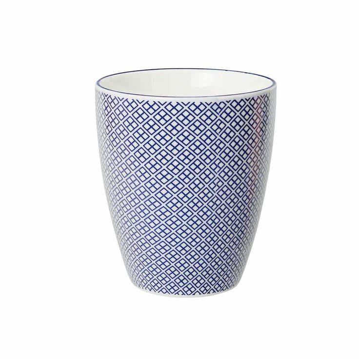 Un joli mug en porcelaine chinoise pour boire le café de 10h ou sa tisane du soir ! Original et design, il se coordonne avec les bols et plats de la même collection. Motifs fleurs petits carrés bleus outremer. Passe sans soucis aumicro-ondes... et au lave-vaisselle, ouf !. D: 8,2 x 7,5 cm. 7,00 € http://www.lafolleadresse.com/japonaise-bleue/2410-mug-82-cm-petits-carres-bleus.html