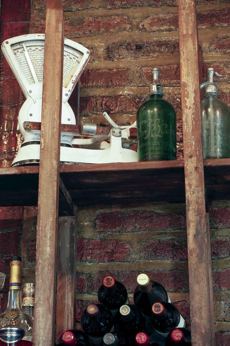 """Detalles que llenan el bar. Algunos recolectados durante la gran trayectoria del chef, otros conseguidos en las """"picadas"""" de Barrio Italia."""