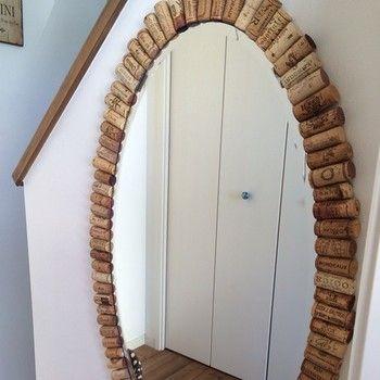 ワインのコルクも、鏡の周りに飾り付ければオシャレなインテリアに大変身!