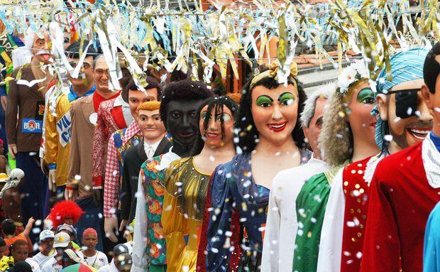 Carnaval de Olinda é conhecido bonecos gigantes de Olinda que percorrem as ladeiras ao som de marchinhas.