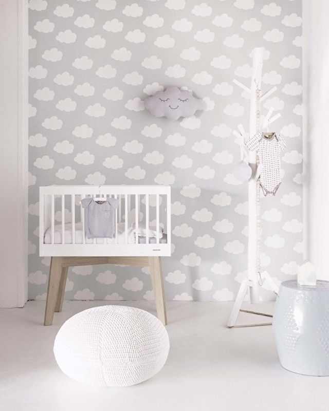 Ondergrond grijsDaarop een patroon in wit van lieve wolkjesRolmaat 53 cm breed x 10 meter langPatroon is 53 cm rechtVliesbehang - ; Muren inlijmen2e foto met de zalmkleurige wolken 3277 ;