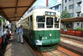 1951年製で、毎日運行している長崎電気軌道の路面電車(211形212号)=8月、長崎市の新中川町電停