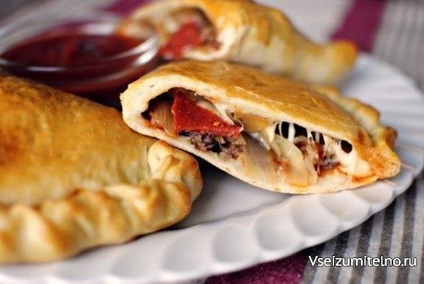 Кальцоне с колбасой, луком и сыром   Ингредиенты: Колбаса 230 г Лук репчатый 1 шт. Томатный соус 230 г Приправа 0,5 ч. л. Базилик сушеный 0,2 ч. л. Чесночный порошок 0,2 ч. л. Соль по вкусу Перец черный молотый по вкусу Тесто для пиццы 1 шт. Пепперони 300 г Моцарелла 360 г Проволоне 120 г Куриное яйцо 1 шт.  Приготовление:  Обжарить на сковороде колбасу. Выложить на тарелку, накрытую бумажными полотенцами, и отложить в сторону. Обжарить тонко нарезанный лук на среднем огне, пока не…