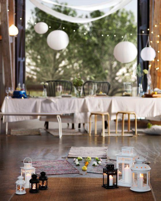 Några mattor, några vilda blommor och några utomhusljus skapar en inbjudande entré till festen i ladan.
