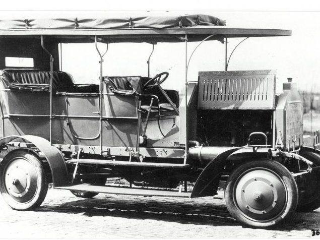 Φέτος συμπληρώνονται 106 χρόνια από τη γέννηση του πρώτου τετρακίνητου μοντέλου για καθημερινή χρήση. Πρόκειται για το Dernburg-Wagen από την Daimler Motoren Gesellschaft, το οποίο διέθετε εκτός από τετρακίνηση και σύστημα διεύθυνσης για όλους τους τροχούς. Το γερμανικό μοντέλο ζύγιζε 3,6 τόνους και είχε 4,9 μ. μήκος.
