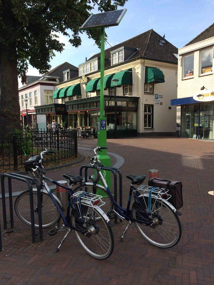 Er komen steeds meer elektrische fietsen. Laadpalen daarvoor zijn noodzakelijk. Hier een laadpaal in het centrum van Boxmeer.