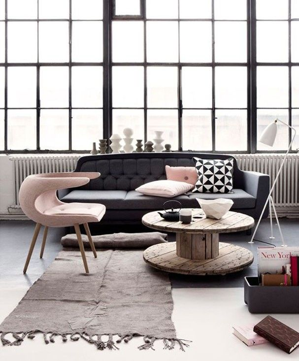 O ambiente industrial também pode ser decorado com Rose Quartz. Acima, a poltrona de formas arrojadas e as almofadas pontuam cor na paleta preto e branca
