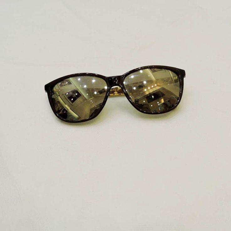 Óculos Ralph Lauren R$310,00 ótica Lens http://shoppingsaojose.com.br/  Este óculos de sol com lentes espelhadas é da Ralph Lauren, marca que redefiniu o estilo americano de se vestir. A armação é de plástico resistente ao calor, além de deixar todo o rosto com estilo.