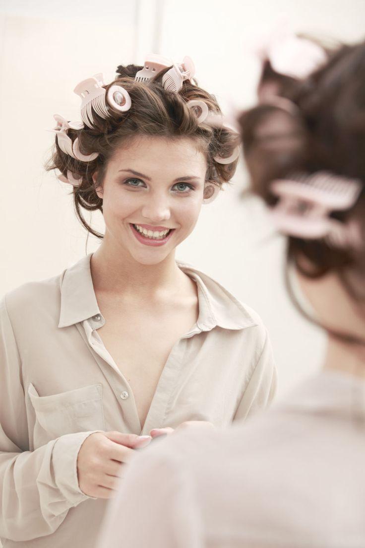 Asciuga i capelli con il diffusore a temperatura bassa. Il calore del phon aumenta la secchezza dei capelli, asciugali quasi tutti con il diffusore con aria tiepida, poi completa l'hairstyling con spazzola e phon.  -cosmopolitan.it